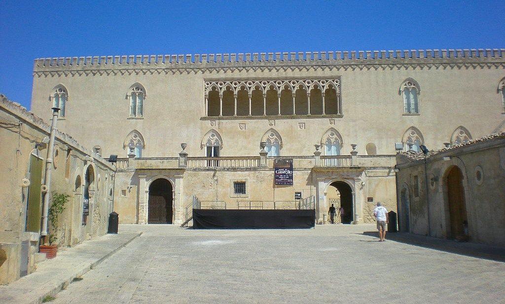 1420622819-0-castello-di-donnafugata-chiuso-turisti-delusi